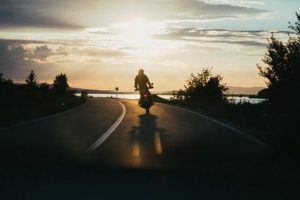 Mies ajaa moottoripyörällä